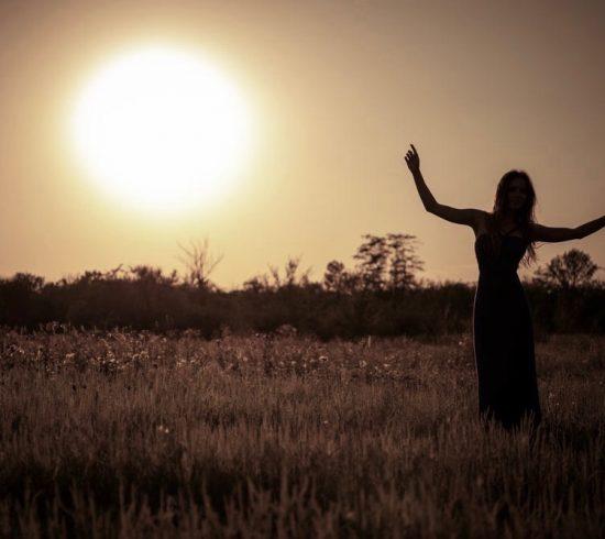 Silhouette, danse, jeune fille, dans, robe, contre, les, coucher soleil ciel
